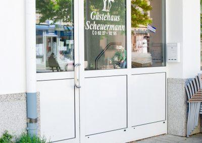 Der Eingang zum Gästehaus liegt mitten in der Fußgängerzone von Walldorf