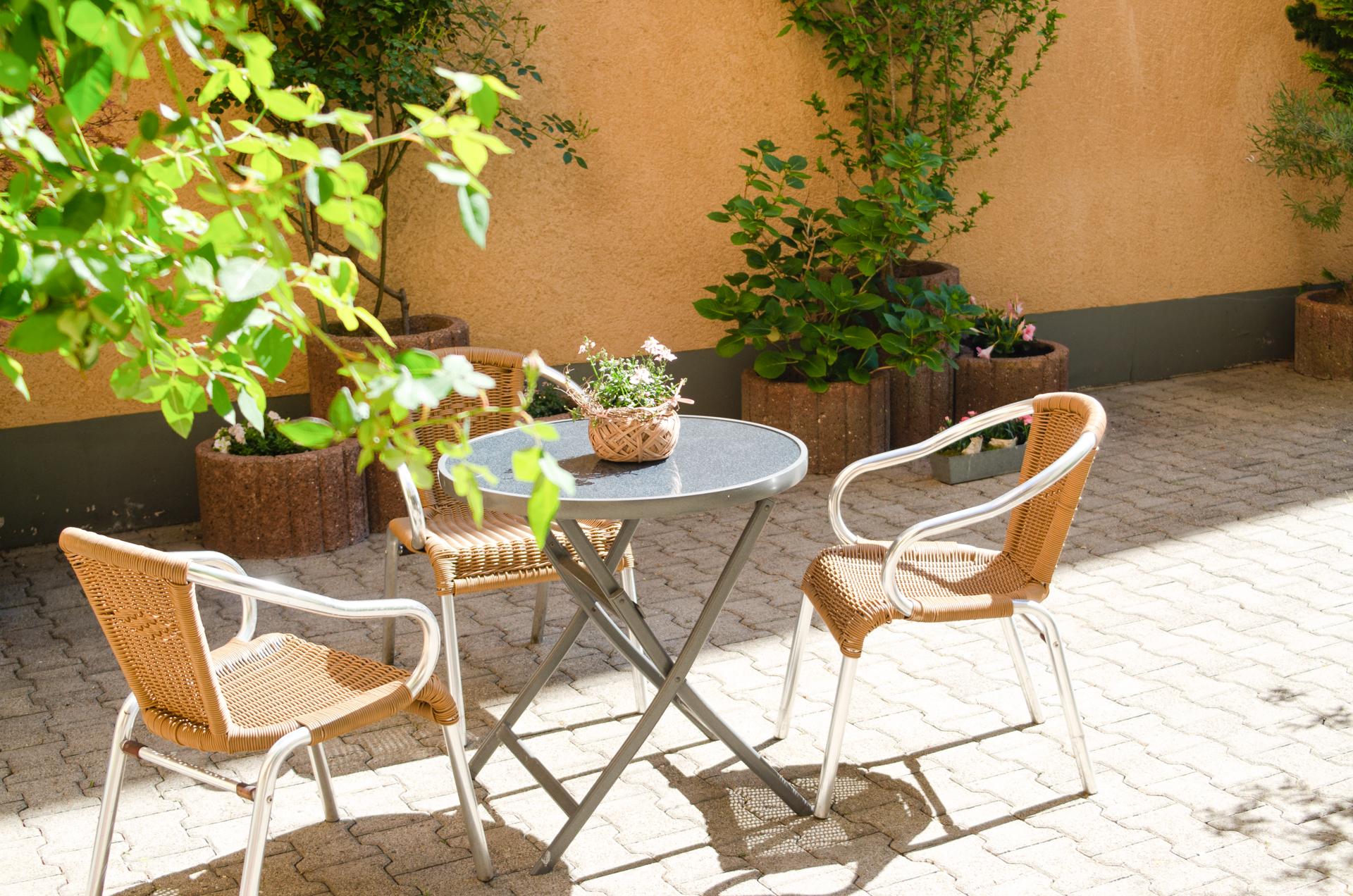 Der Hinterhof des Gästehaus in Walldorf lädt zum Verweilen ein