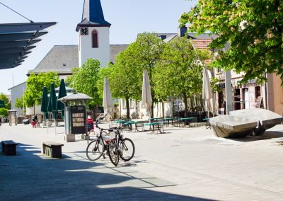 Wenn Sie zur Tür rausgehen, stehen Sie mitten in der Fußgängerzone von Walldorf.